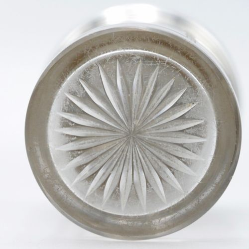 FRANCE FIN DU XIXe SIÈCLE  Flacon en verre gravé de noeuds de ruban et guirlande…