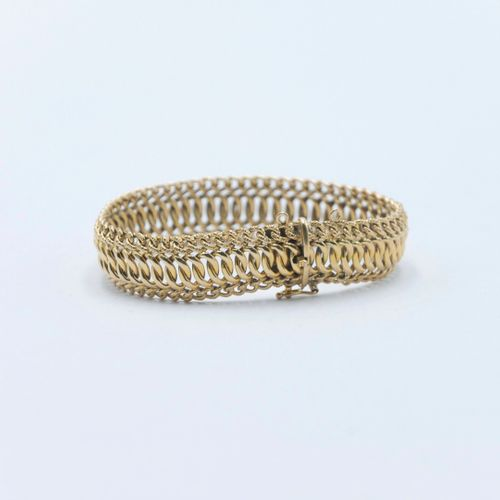CIRCA 1950  American mesh bracelet in gold 750/1000e  Weight : 22 g.  Safety cha…