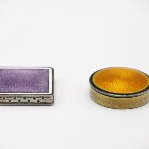 FRANCE DÉBUT DU XXe SIÈCLE  Pilulier carré en argent guilloché et émaillé violet…