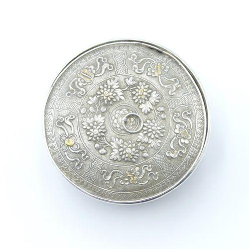 CHINE FIN DU XIXe SIÈCLE  Boîte à grillons en or 750/1000 et argent ajouré 800/1…