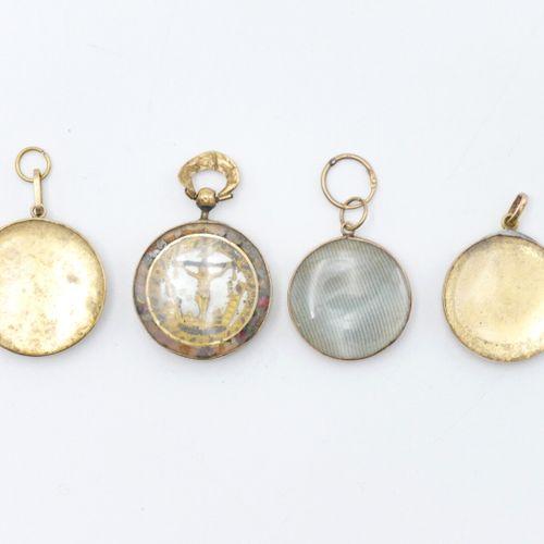XIXe SIÈCLE  Lot de quatre petits médaillons figurant des miniatures fixées sous…