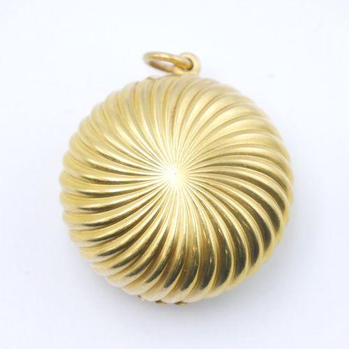 FRANCE XXe SIÈCLE  Petite boîte circulaire munie d'un miroir formant pendentif, …