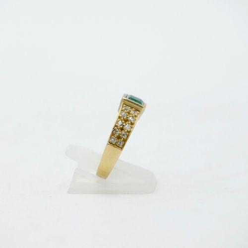 XXe SIÈCLE  Bague en or jaune 750/1000e centrée d'une émeraude taille carrée en …