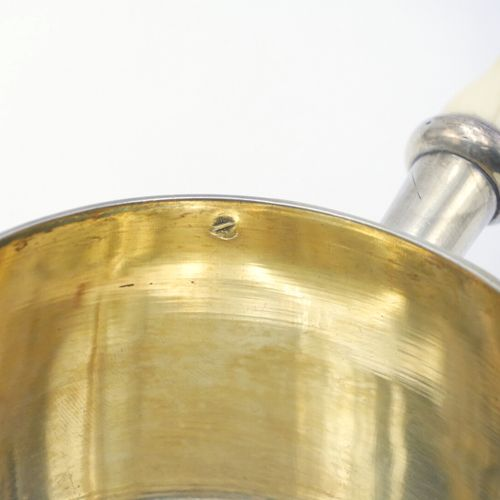 FRANCE XIXe SIÈCLE  Casserole en argent 950/1000e à décor guilloché centré d'un …