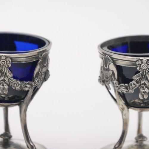 FIN XVIIIe SIÈCLE  Une paire de coquetiers en argent 950/1000e à décor de guirla…