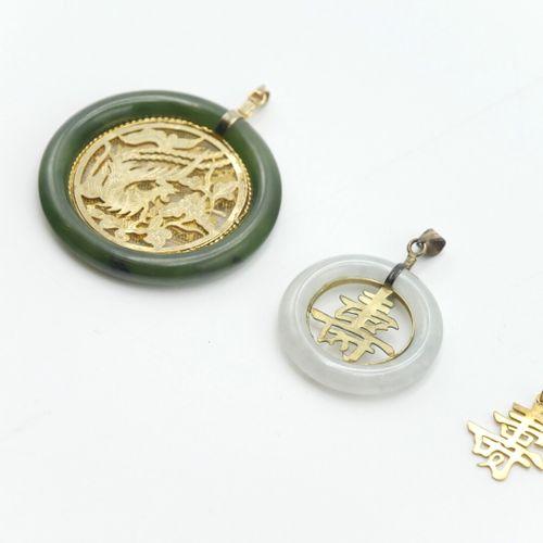 ASIE  Lot de trois pendentifs en métal doré dont deux cerclés de pierre dure  Di…
