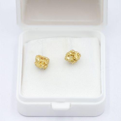 TRAVAIL ARTISANAL Paire de clous d'oreille en or 750/1000e formé d'une pépite d'…