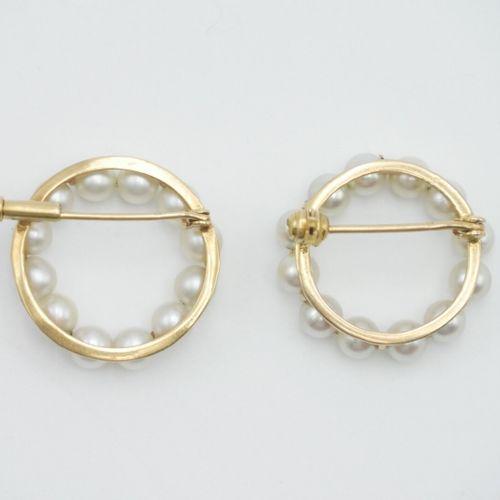 BROCHES  Deux broches de col en or jaune 750/1000e de forme circulaire entouré d…