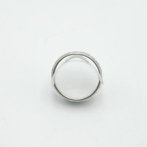 XXe SIÈCLE  Alliance américaine en or blanc 750/1000e et petits diamants  Poids …