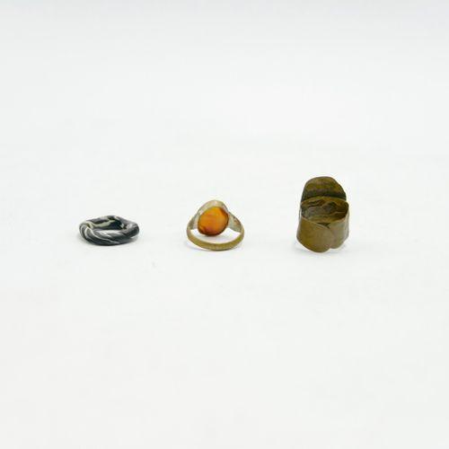 INDE & ASIE XXe siècle  Lot de quinze bagues en métal, perles et résine  Divers …
