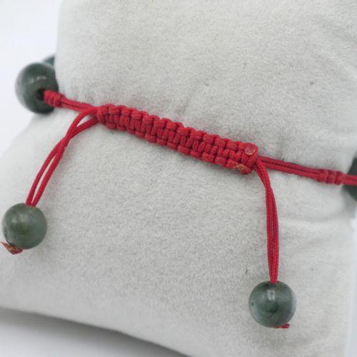 BIJOUX FANTAISIE  Lot en pierre dure verte comprenant :   Bracelet tressé réglab…