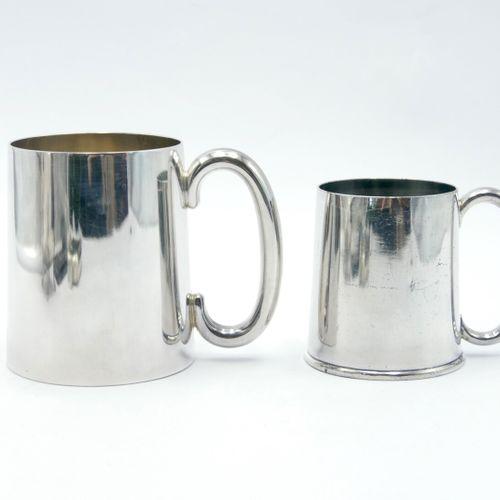 ANGLETERRE  Lot en métal comprenant :   Flasque   Pinte   Half pinte   Verseuse …
