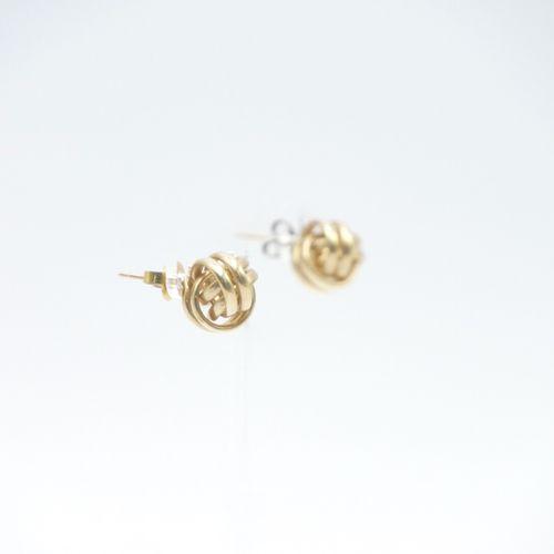 TRAVAIL MODERNE  Paire de clous d'oreille en or 585/1000e en forme de six anneau…