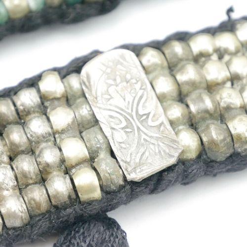 INDE  Lot de trois bracelets souples en perles métalliques et perles en verre su…