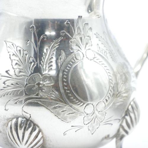 TRAVAIL MODERNE  Service à thé en métal argenté à décor gravé de cartouche fleur…