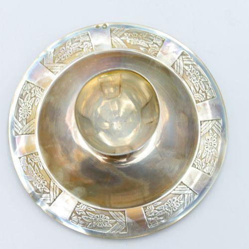 XXe SIÈCLE  Coquetier sur plateau fixe et cuiller en argent 950/1000e à décor de…