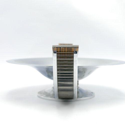 VERS 1940  Coupe ronde à deux prises en métal, bois et baguettes de verre  Dim. …