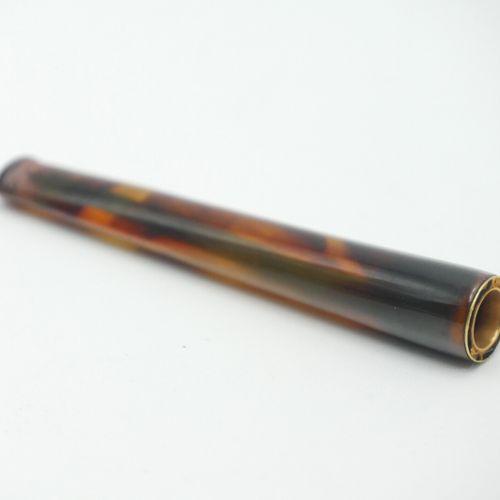 VERS 1900  Porte cigarette en corne et bague en or 750/1000e  Poids brut: 7,45 …