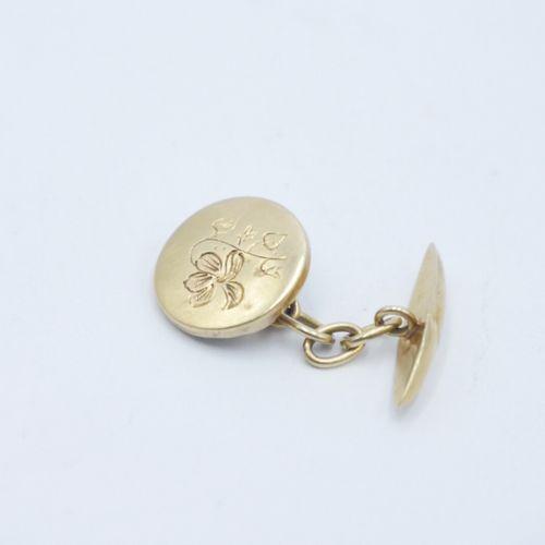 DÉBUT DU XXe SIÈCLE  Paire de boutons de manchette en or 750/1000e à décor gravé…