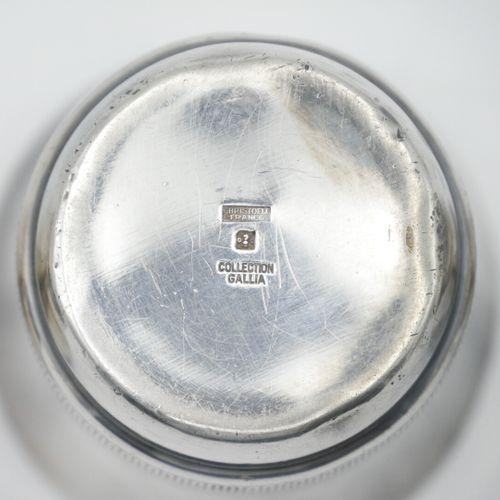 XXe SIÈCLE  Lot de trois timbales en métal argenté, un à décor de frise représen…