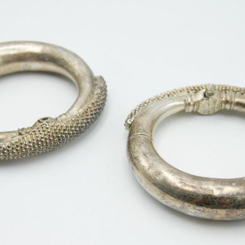 INDE  Paire de bracelets en argent étranger 800/1000e à décor de granulations, s…