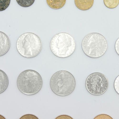 FRANCE & ÉTRANGER XXe siècle  Lot de pièces en métal dont 37 pièces de 10 francs…