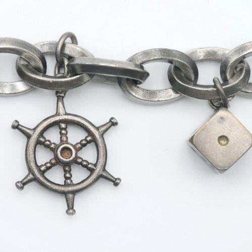 XXe SIÈCLE  Bracelet en argent 800/1000e à grosses mailles et pendeloques : dé à…