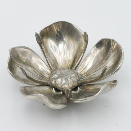 XXe SIÈCLE  Photophore en métal argenté composé de deux parties formant un nénup…