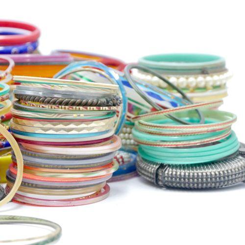 INDE XXe siècle  Important lot d'environ 600 bracelets principalement en résine,…