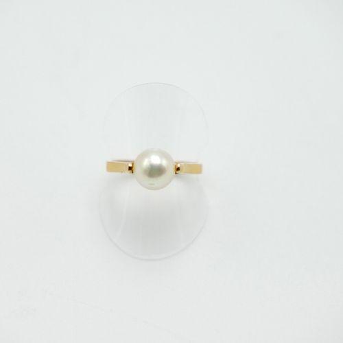 XXe SIÈCLE  Bague en or jaune 750/1000e surmontée d'une perle  Poids brut : 2,7 …
