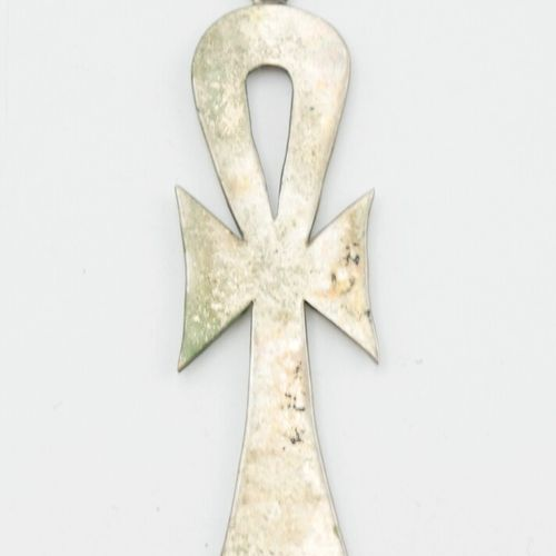 XXe SIÈCLE  Collier jonc en argent 800/1000e et un pendentif croix égyptienne en…
