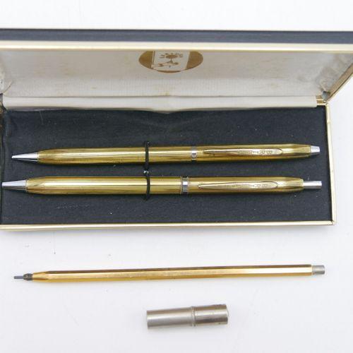 BRIGI  Lot contenant un stylo à bille et un critérium de couleur or. Le critériu…