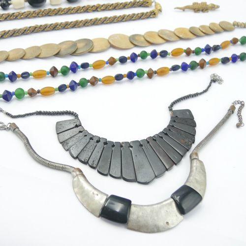 BIJOUX FANTAISIE  Lot de bijoux en métal, pierre, résine, bois et verre dont un …