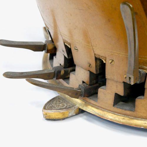 ÉRARD 13, rue du mail, Paris Début du XXe siècle  Harpe en bois sculpté et doré …