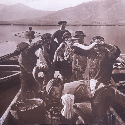 Anonyme  La pêche des anguilles sur l'étang Biguglia  Photographie contrecollée …