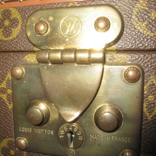 Louis VUITTON, Beauty Case vintage en toile monogramme, garnitures en laiton, po…