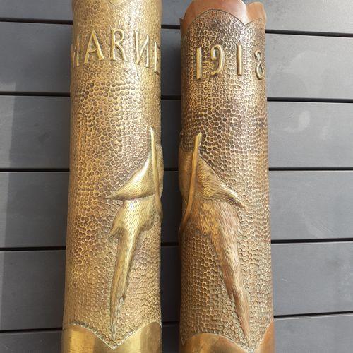 Paire d'obus de la première guerre mondiale, ciselés et à décor de perroquets, M…