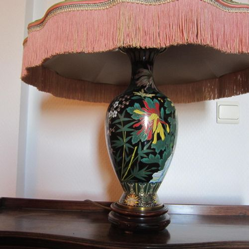 Grande lampe en céralique à décor de cerisier, fleurs, papillons et oiseaux, tro…