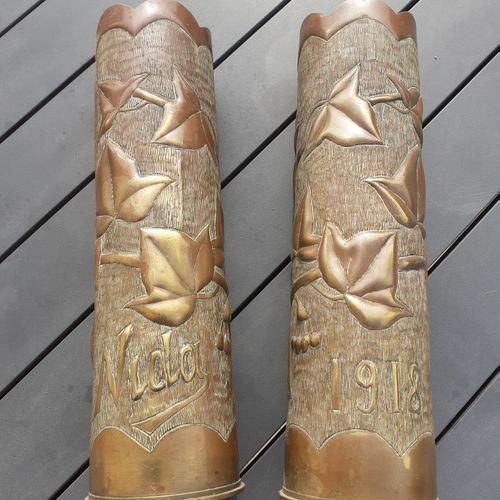 Paire d'obus de la première guerre mondiale, ciselés et à décor de feuilles, mar…