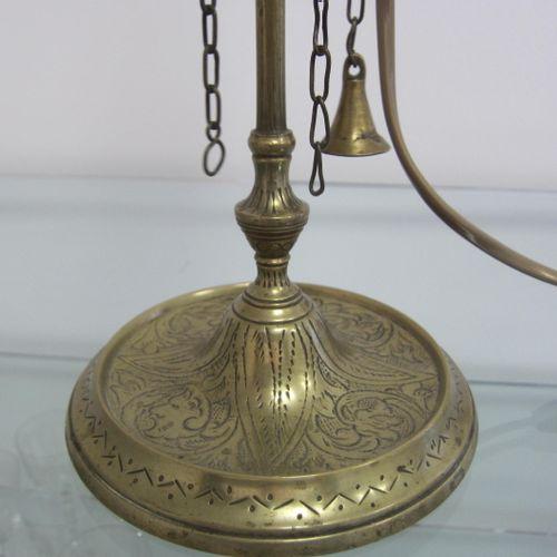 Lampe juive en laiton finement ciselé, trois feux, hauteur 52cm
