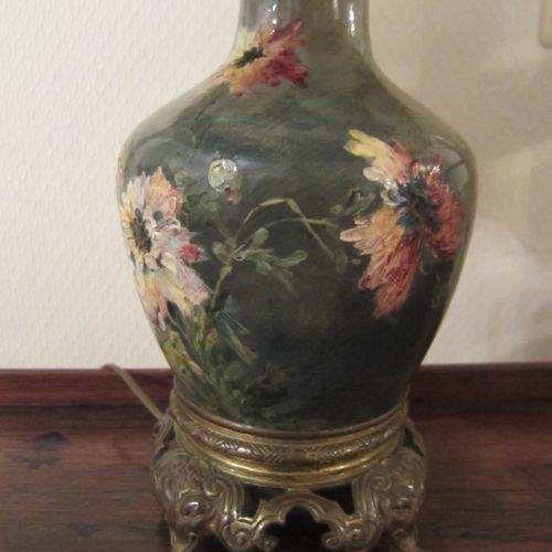 Lampe avec abat jour à piètement en bronze doré et corps en céramique peinte à d…