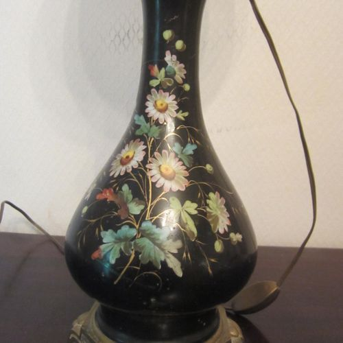 Ancienne lampe à pétrole électrifiée avec corps en céramique à décor peint de fl…