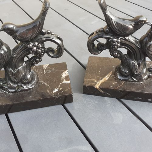 Serre livres Art Déco en bronze argenté sur socle en marbre noir à décor d'oisea…