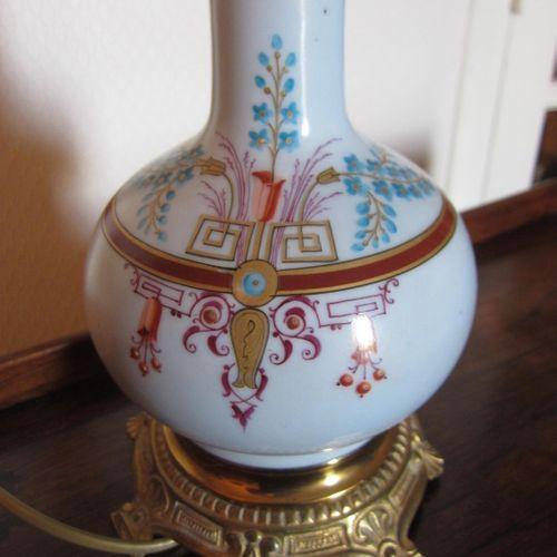Ancienne lampe à pétrole électrifiée à motif fleuri avec coins grecs avec globe …