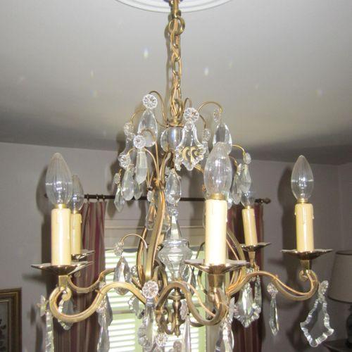 Lustre en métal doré 6 feux avec pendeloques en verres, hauteur 75cm