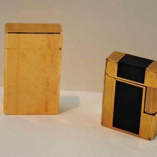 Deux briquets DUPONT dont un en laque de Chine noire signés et numérotés