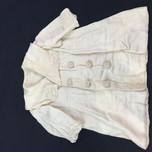Manteau de petite fille en ottoman de soie crème, décoré de soutache de boutons …