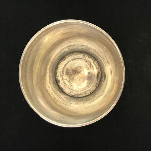GUILDART Un seau à champagne en métal argenté, ciselé d'une frise de feuilles d'…