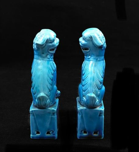 China Pair of turquoise blue ceramic Fô dogs. Height: 12 cm.