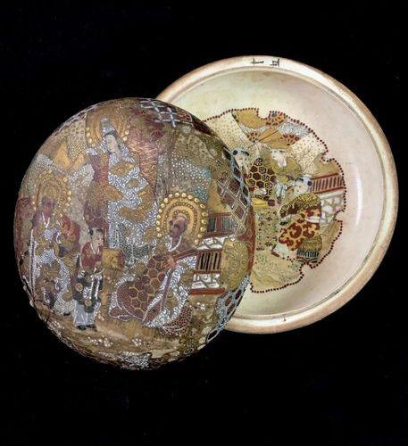 SATSUMA a bivalve box made of satsuma porcelain, the lid decorated on both sides…